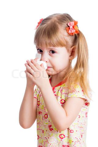 طفلة تمسح دموعها بمنديل